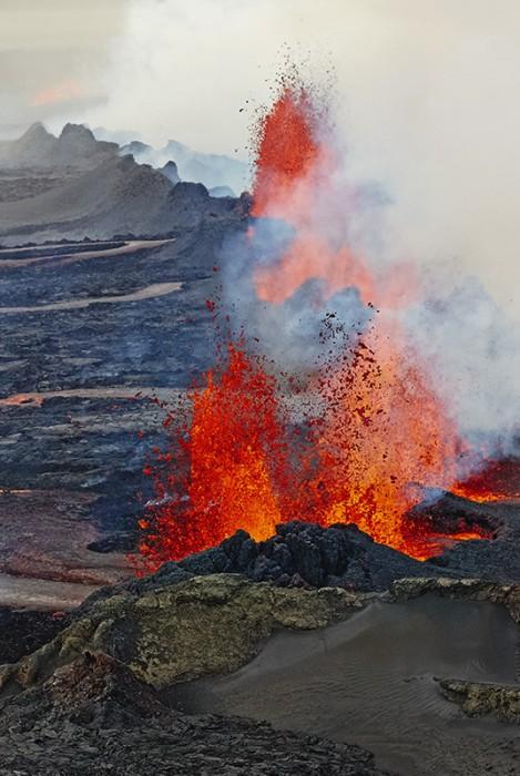 Spalte die Lava Spuckt Und Fliessende, glühende Lava.