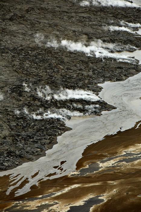Heisse Lava die in den Gebirgsfluss Fliest. dieser fluss Fliest Nun In einen erdriss der Sich gebildet Hat.