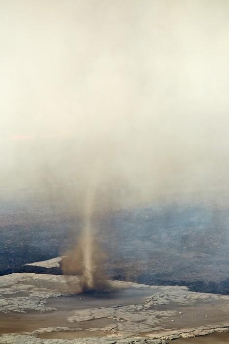 Windhose entstanden aus der Thermink von Lavastrom Und Sandsturm dahinter die Frische Lava die Inzwischen 5 qKm Ausdehnung hat