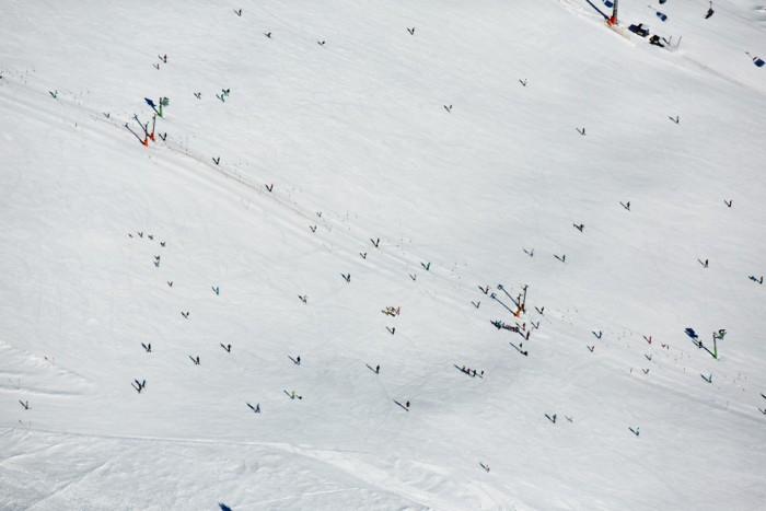 fliegen-11022015_0290Skipiste am Seebuck mit Ski und Snowboardfahrern und Skikursen am Resilift.CR2.p Kopie